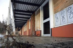 Det har snart gått ett år sedan kommunen meddelade att Centrumhuset i Ljungaverk skulle rivas, men än i dag står huset kvar.