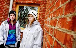 – Vi kommer att sakna alltihop, säger Petronella Gudmundsson och Jolie Wikman. De har fritidsgården i Ängsmon som fast punkt på kvällarna och berömmer personalens engagemang.  Foto: Ulrika Andersson
