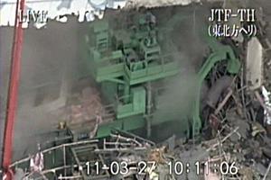Bilden från det japanska försvaret visar insidan av reaktor fyra vid det skadade kärnkraftverket i Fukushima.