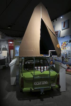På Museum in der Kulturbrauereis utställning om vardagsliv i DDR visas bland annat dessa en gång mycket populära campingvarianter av DDR-bilen Trabant upp.   Foto: Johan Öberg