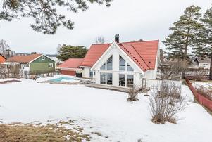 Villan på Östermovägen på Skönsmon är byggd 2011 och har över 200 kvadratmeter boyta.