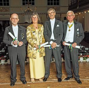 Malungsspelmannen Kalle Almlöf tvåa från höger fick medaljen för Tonkonstens främjande av Kungl Musikaliska akademien. Här tillsammans med övriga tre pristagare Gunnel Fagius, Clas Pehrsson och Åke Holmquist.