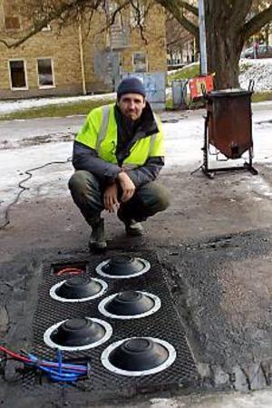 Jan Lindberg vid fem av de tio gummikuddar på varje sidan av Hälsingegatan som utgör det aktiva fartguppet. Det är det första permanenta i sitt slag och har redan väckt intresse i flera länder. Foto: OLLE HILDINGSON