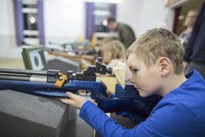 Koncentration. Jag har aldrig tidigare sett honom så koncentrerad, säger Jonas Serbin om sonen Teo, 8 år, som får testa Roslagsbo-Vätö skytteförenings luftgevärsbanor på Brogården.