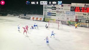 Här vill Kalix (och bollkallen) ha straff i anfallet före Vänersborgs 1–0-mål.