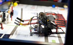Det är mycket funderande och testande innan en legorobot är färdigbyggd.