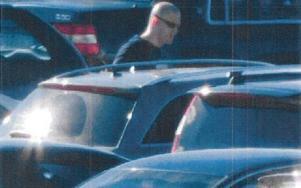 Fast! 27-åringen fångas av övervakningskamera när han försöker få i gång de stulna bilarna. Nu blir han kvar i svenskt fängelse ett år och sex månader... Foto: Polisen