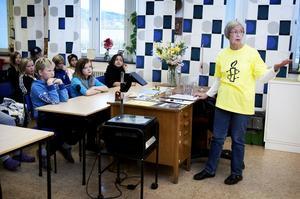 Amnesty har funnits i 50 år och Margareta Andersson upplyste om att man jobbar för mänskliga rättigheter. Kampen mot dödsstraff är viktigast sa Andersson och berättade om en kvinna som dömts till att stenas till döds.