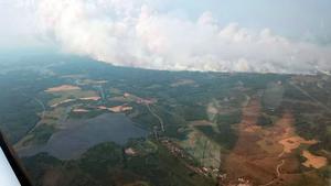 Nere till höger syns Brattheden (Ramnäs). Virsbo ligger uppe till vänster i bild. Brandfronten sträcker sig över hela terrängen i höjd med kommungränsen mot Sala och närmar sig bebyggelsen.