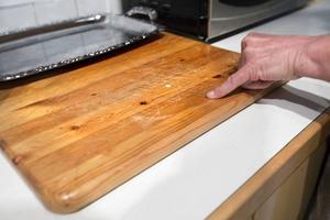 Skärbrädan har en massa repor där det kan fastna bakterier.
