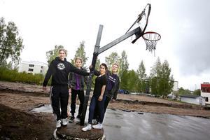 Här ska multiarenan ligga. Stora Sätraskolans Skol IF:s medlemmar Mattias Johansson, Samuel Brunsberg, Arazo Hamad och Emma Fredholm kan knappt bärga sig tills dess.