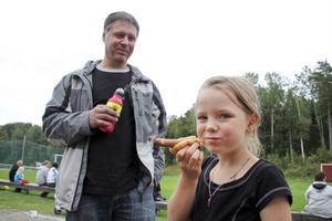 Janne Jonsson och dottern Emmy, som blir rejält hungrig av att spela fotboll.