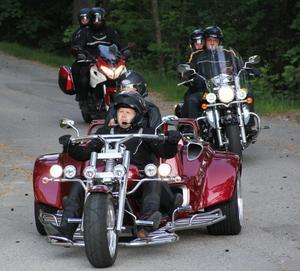 Vid åttatiden på tisdagskvällen drog 140 personer på 100 motorcyklar in på Östra berget.