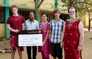 Eleverna Martin, Ellen, Mårten och Frida poserar stolt tillsammans med Stevan Arokiasamy, grundare av Share and Care, i Katchur där Share and Care har sin verksamhet med bland annat förskola, barnhem och skola. Foto: Privat