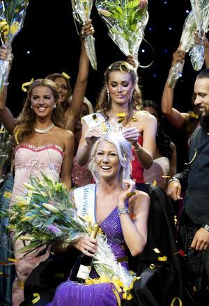 Varsågod, nu är kronan din. Fjolårets Miss World Sweden Nicole Artursson lämnar över dyrgripen till sin efterträdare Sanna Jinnedal från Borås.