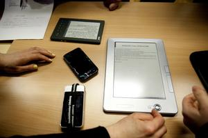 Storlekarna skiftar. Den nya moderna datormobilen Iphone 4 ser liten ut i jämförelse med Ipad och läsplatta.