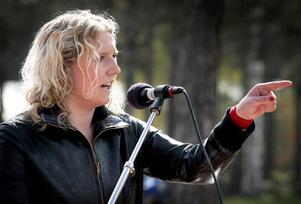 Kritiker. Sofie Wiklund, ledarskribent, var kritisk mot socialdemokratin i sitt första majtal i Grängesberg. Inte minst måste partiet lära sig att erkänna sina misstag på ett bättre sätt.