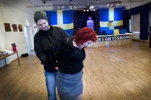 Lars Lilja, Torsåkersbo och initiativtagare till byns egna krogshower, hjälper här Kerstin Erkelius med scenkläderna medan Jessica Thelin övar. I mars framträder de för full bygdegård.