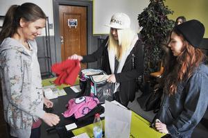 Linnea Ingelsson från Östersund lämnar in fem tröjor som hon inte använder längre. För dem fick hon fem biljetter att byta mot fem plagg som någon annan lämnat in.