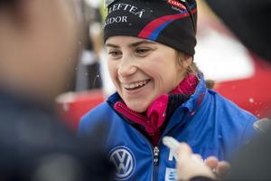 Ebba Andersson, strålande glad efter förstaplatsen före bland andra Stina Nilsson i Bruksvallspremiären.