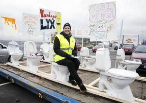 Solveig Barmé, Borlänge Energi, visar upp demonstrationståget med toaletter.