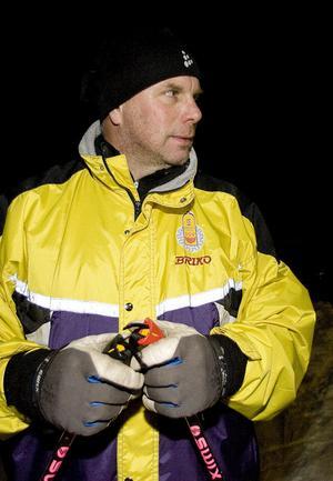 Det är Nyhammars IF:s Per-Olof Boström som vid fem tillfällen ska lära de vuxna skideleverna hur man åker längdskidor på platt underlag, uppför och utför. Foto:Thomas Isaksson