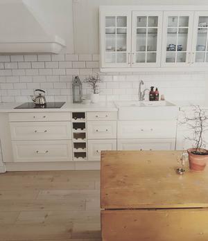Bordet i köket är egentligen en gammal snickarbänk.