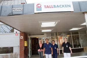 Nina Norrena, Milagros Gävert, Ulla-Karin Wallman och Victoria Norberg tycker att de har ett stressigt och fysiskt tungt jobb på äldreboendet Tallbacken i Horndal. Samtidigt säger de att de har roligt och skrattar mycket.