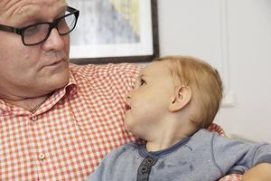 Hans Ringshamre är mycket stolt över gudsonen Eddie Lusth, 11 månader.