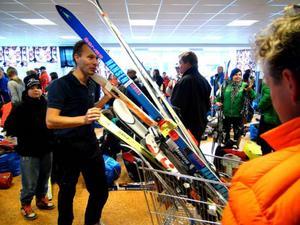 Trängseln är som sig bör påtaglig. Och varorna verkar aldrig sina. Magnus Näslund försöker ta sig fram till den hall på skolan där skidorna finner nya ägare.