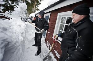 De varmbonade stugorna skottas fram av Kåre Stuenes och Leif Taxén.