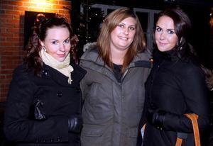 """Anna Lindgren, Nina Wennhall och Johanna Högberg var på väg för att äta middag på Å med 16 vänner. """"Det blir en kul kväll."""" säger de."""