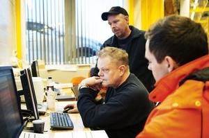 Anders Karlsén, Jonas Bergius och Jonas Jonsson vid datorerna som hanterar bland annat arbetsordrar och underhållsdokumentation.