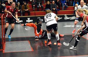 Therése Karlsson och Amanda Wall är framme och oroar vid Iksu-målet.