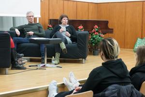 Tommy Elmertoft från Malingsbo rehabcenter. Britt-Marie Nohrstedt från öppenvårdsmottagningen Slussen talade till årskurs tvåorna på Brinellskolan om deras erfarenhet av beroendevård.