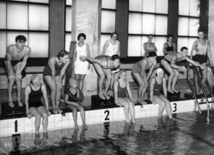 Bild från omkring 1935. Kvinnor och män på då nyöppnade Sportpalatset i Stockholm.