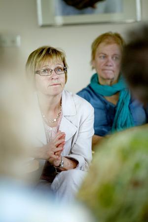 Bibliotekschefen Åsa Wirén hoppades att det nya biblioteket ska vara tillgängligt för alla Österfärnebobor. I bakgrunden kommunalrådet Monica Jacobsson (S).