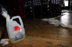 I restaurangen hittades en dunk som innehöll bensin.