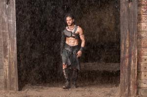 Gladiatorn Kelten (Kit Harington) får det svettigt när han måste slåss samtidigt som staden Pompeij drabbas av ett vulkanutbrott. Särskilt rafflande blir det dock aldrig i