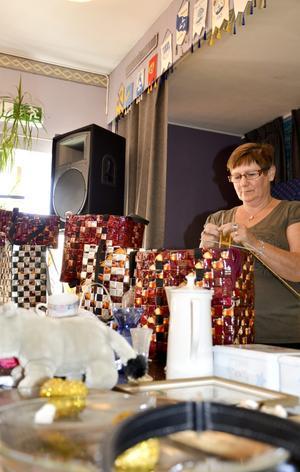 Kaffeväskor. Aune Sauna-Aho tillverkar och säljer handväskor gjorda av gamla avlagda finska kaffepaket.