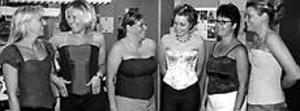 Foto: LASSE HALVARSSON Nöjda med sina liv. Några av eleverna på programmet Sömnad och mode mannekängar i de livstycken som varit del av deras avslutningsarbete. Från vänster: Sara Masser, Teele Pärtel, Susanne Björklund, Sofia Sundström, Elisabeth Sahlin och Mia Skog.