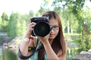 Olivia Olsson har nyligen fyllt 13 år och är redan en meriterad fotograf. Kameran fick hon råd med bland annat genom att sälja jultidningar.