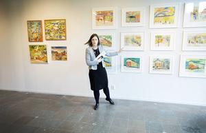 Konstcentrums Hanna Nordell visar utställningen.