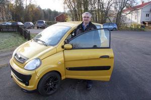 Mopedbil är en bil som går i mopedfart och som får köras av personer med förarbevis för moped. Sven Persson i Delsbo har följt mopedbilens utveckling de senaste tolv åren.