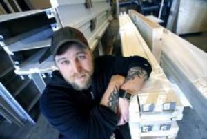 Morgan Vikeswed, tidigare Persson, jobbar som finsnickare och inreder bland annat barer, frisörsalonger och olika mässor. Han är också sångare i trash metalgruppen Propane headrush. Foto: Gun Wigh