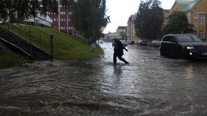 Regnet öste ner och skapade stora vattensamlingar vid OKQ8 på Nybrogatan i centrala Sundsvall.