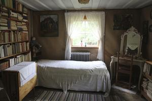 Sovrummet ligger i torpets äldre del, berättar Moa Martinsons barnbarn Harriet Thurgren. Den delen av huset ligger i Sorunda...