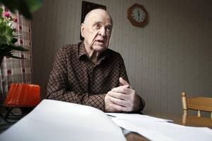 VANN. Äntligen får 86-årige Erik Andersson äta både frukost och lunch med vännerna på Hantverkarn i Hofors. När socialnämnden sa nej till att Erik skulle få gå till servicehuset för att få sitt morgonmål överklagade han deras beslut till länsrätten. Och nu har länsrätten gett Hofors kommun bakläxa.