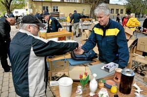 Årets upplaga av vårmarknad drog många besökare. Här möts Martti Hautamäki och Roger Toftling, Lions club.