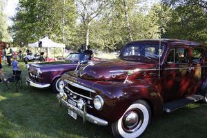 Uppställda bilar ackompanjerades av 50-talsmusik som strömmade ur högtalarna.